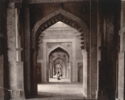Interior view looking north to south through the liwan of the Jami Masjid, Fatehpur Sikri